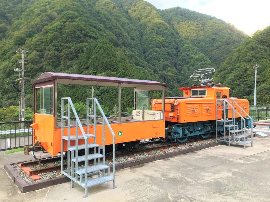 トロッコ列車の機関車・客車の展示