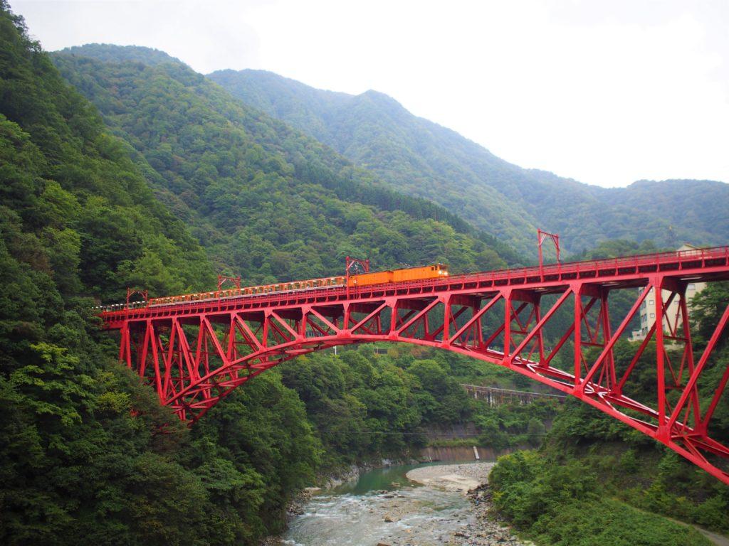 山彦橋から見た新山彦橋とトロッコ列車