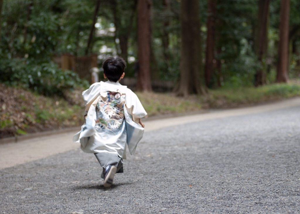 参道を走る長男