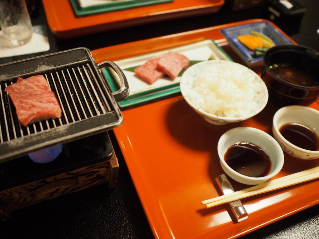 夕食 飛騨牛鉄板焼き・ご飯・赤出汁・香の物