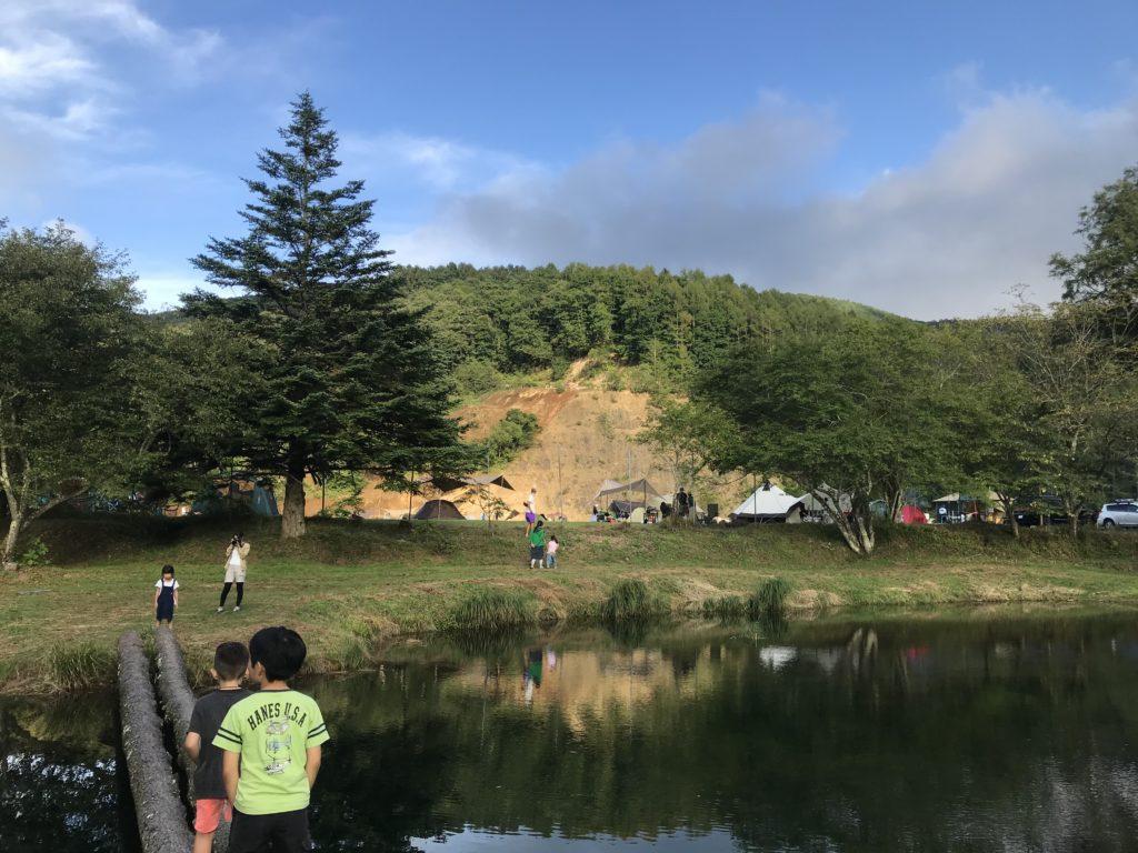 池から見た展望台