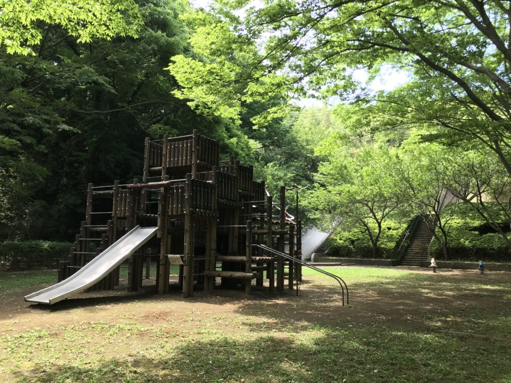 お城のような木製複合遊具